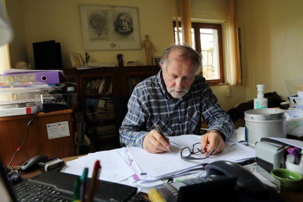 FRANCE: Maladie de Lyme Le Docteur Francois Lallemand medecin generaliste a Shirrein en Alsace dans son cabinet est un des 3 medecins en Alsace acceptant de soigner la maladie de Lyme. Cette maladie est transmise a l homme par une piqure de tique. Il se bat depuis de nombreuses annees pour faire reconnaitre l inefficacite des protocoles mises en place par le ministere de la sante, le protocole de la conference de consensus du 13 decembre 2006, pour depisterr et soigner la maladie de Lyme. Il a deja fais l objet de plainte restees sans suite de la part des services medicaux. Cette maladie est officiellement reconnue en Allemagne et prise en charge par les caisses de securite sociales allemandes, dont des traitement sur longs termes. Shirrein, FRANCE - 26/04/2016 Photo Gutner/SIPA