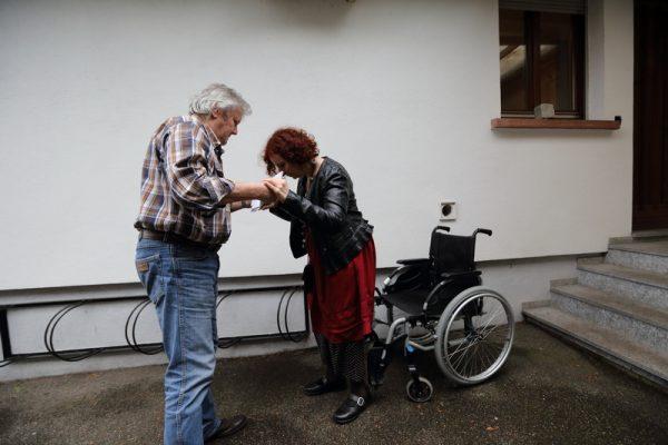FRANCE: Maladie de Lyme Rosemarie a 59 ans. Cette ceramiste de formation souffre depuis 2003 de syndrome cerebraux lourds. Le professeur qui la suit a diagnostique plusieurs troubles cerebraux probables sans toutefois mettre un nom concret sur ses souffrances. Elle etait paralysee loudement et incapable de parler. Depuis Janvier 2016 elle a retrouve un peu plus d autonomie et parle plus facilement. Les examens et traitements pratiques anterieurement n ont apportes aucun changements dans son etat de sante. Sa mere l emmene dans le cadre d une premiere consultation chez le Dr Lallemand afin de depister une eventuelle maladie de Lyme. Le Docteur Francois Lallemand medecin generaliste a Shirrein en Alsace dans son cabinet est un des 3 medecins en Alsace acceptant de soigner la maladie de Lyme. Cette maladie est transmise a l homme par une piqure de tique. Il se bat depuis de nombreuses annees pour faire reconnaitre l inefficacite des protocoles mises en place par le ministere de la sante, le protocole de la conference de consensus du 13 decembre 2006, pour depister et soigner la maladie de Lyme. Il a deja fais l objet de plusieurs plaintes toutes restees sans suite de la part des services medicaux. Cette maladie est officiellement reconnue en Allemagne et prise en charge par les caisses de securite sociales allemandes, dont des traitements reconnus efficace sur le longs termes. Shirrein, FRANCE - 26/04/2016 Photo Gutner/SIPA