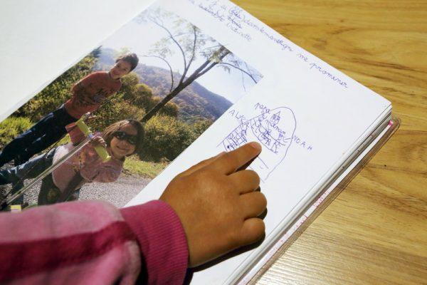 La fille de Sandrine Pierre montrant le dessin de sa maman dans son cahier d ecole. Sandrine Pierre a 30 ans et vit a Saulxures sur Moselotte dans les Vosges. Elle est atteinte de la maldadie de Lyme en stade 3 sur 4. Sa maladie n est pas reconnu par la securite sociale car le test officiel Elisa de detection de Lyme est negatif. Elle ne beneficie d aucune aide. Elle est mere de 2 enfants de 4 et 8 ans. Lors de son dernier sejour a l hopital d Epinal l interne de medecine generale ne trouvant aucune patologie lui a demande de ne plus se presenter a son service en lui remettant une paire de bas de contention et en lui preconisant d aller au centre anti douleur lors des prochaines attaques.Sandrine Pierre a 30 ans et vit a Saulxures sur Moselotte dans les Vosges. Elle est atteinte de la maldadie de Lyme en stade 3 sur 4. Sa maladie n est pas reconnu par la securite sociale car le test officiel Elisa de detection de Lyme est negatif. Elle ne beneficie d aucune aide. Elle est mere de 2 enfants de 4 et 8 ans. Lors de son dernier sejour a l hopital d Epinal l interne de medecine generale ne trouvant aucune patologie lui a demande de ne plus se presenter a son service en lui remettant une paire de bas de contention et en lui preconisant d aller au centre anti douleur lors des prochaines attaques. L Allemagne reconnait la maladie de Lyme en appliquant un autre protocole de recherche. Selon les dernieres estimations des specialistes suivant la maldie de Lyme environ 1 000 000 de personnes seraient infectes par an en Europe de l Ouest. Saulxures sur Moselotte, FRANCE - 2904/2016 Photo Gutner/SIPA Saulxures sur Moselotte, FRANCE - 2904/2016 Photo Gutner/SIPA