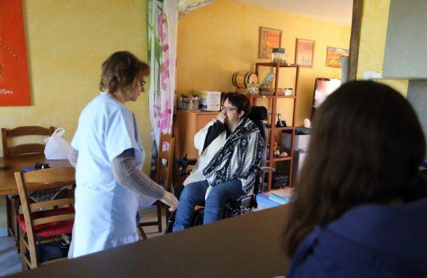 FRANCE: Maladie de Lyme Mme Cunin a 47 ans. Elle vit a Anould dans les Vosges mere de 4 enfants elle est diagnostiquee malade de Lyme depuis fevrier 2016 suite a un test sanguin effectue en Allemagne. Les tests francais n avaient rien diagnostiques auparavant. Suite a des troubles du sommeil important une fatigue toujours presente et un etat depressif permanent elle est hospitalise 4 mois et demi en psychiatrie faute d autres diagnostiques medecilaes probants.Les antidepresseurs prescrits declenchent de violentes crises de convulsions et accentuent sa degradation physique. Entree valide a l hopital elle en ressort handicapee en fauteuil roulant sans aucun diagnostique medicale autre que depressif ni traitement. Depuis son fils de 8 ans a ete place en foyer d acceuil et son autre fils descolarise depuis un an a un suivi psychologique renforce. Anould, FRANCE - 05/05/2016 Photo Gutner/SIPA